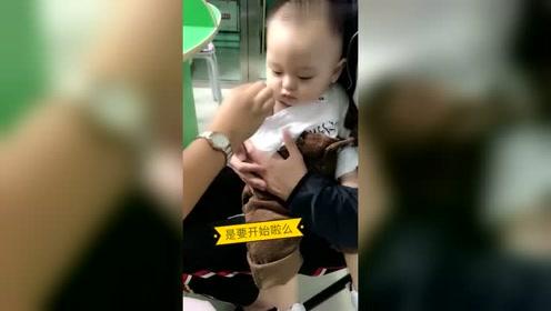 护士给宝宝打针,宝宝表现得很坚强,真是一个勇敢的孩子!