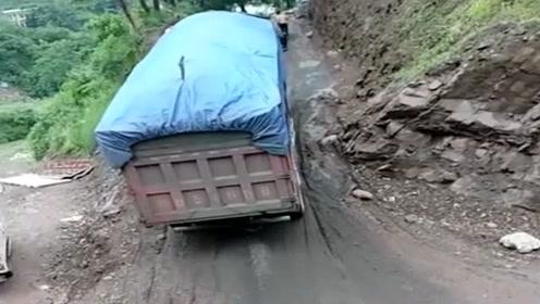 货车:我快不行了,上面的哥们快来帮帮忙!