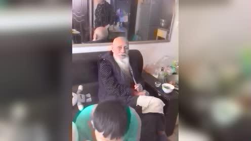 102岁的老爷爷和孙子们一起吃饭,其乐融融