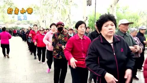 乡村大爷大妈健美健身有一套,场面壮观,好看又健康