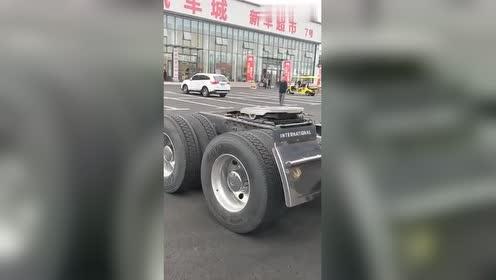 刚提的新车,又一个卡车司机出来了,不过这车贴画真个性!
