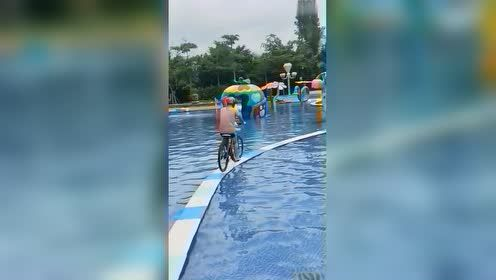 一开始以为小伙是位高手,觉得他能骑过去,但最后发现不对!