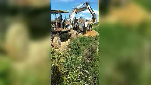 关键时刻需要挖机师傅出场,能不能把货车拉出来,就看他了!