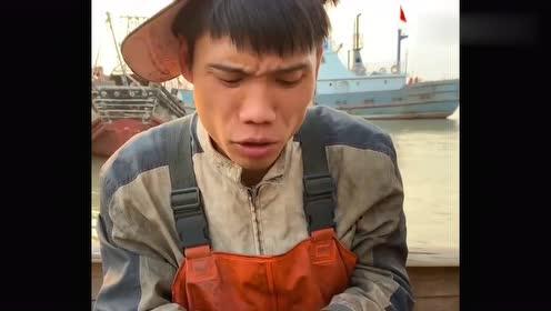 渔民大哥吃面包蟹太随意,敲开之后尝口黄,煮没煮熟都不知道