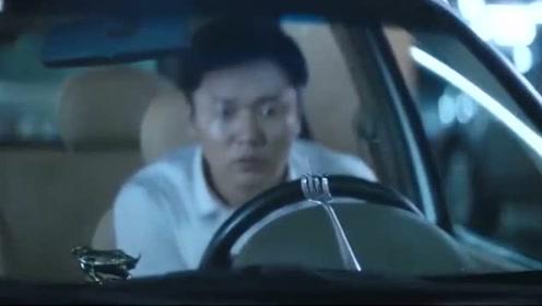 女总裁刮花小伙的车,还把叉子掰成鄙视的手势,小伙都看懵了,逗