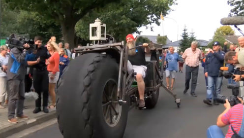 """老外打造的巨型自行车,重量950公斤,成为一道靓丽""""风景线"""""""