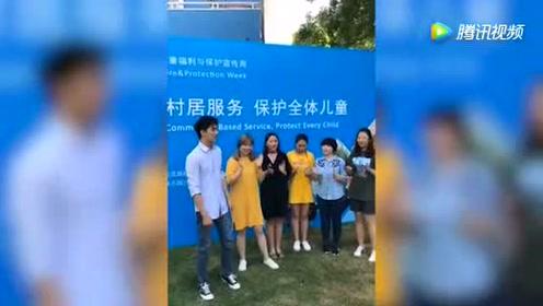 """许魏洲""""2017中国儿童福利与保护宣传周""""唱《尘埃》《月光》"""