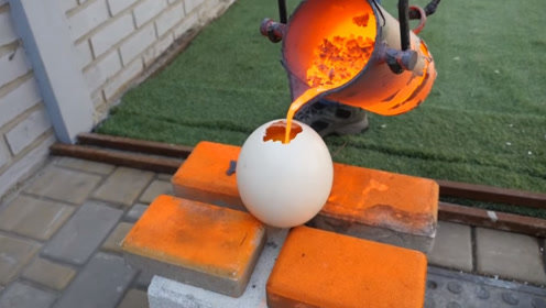 老外想看把熔铜倒进鸵鸟蛋里,会发生什么现象,打开蛋壳傻眼了