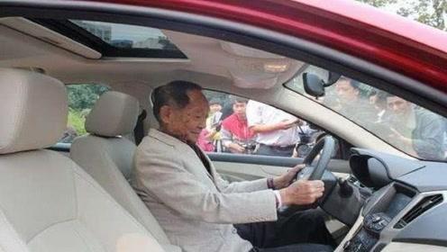 90岁老人身价1008亿,会开车却没有驾照,政府派专车却遭拒