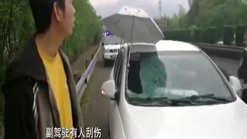 高速上突然飞来一个轮胎,小车行驶中遇难,怎么回事?