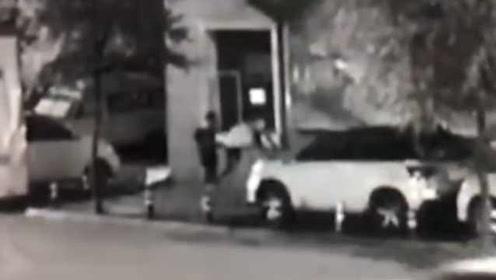 小伙爬车拍照,踩塌天窗车损近万元