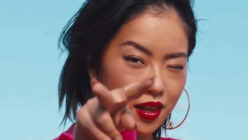 王菊为蕾哈娜美妆品牌拍广告 曾参加派对亲密合照