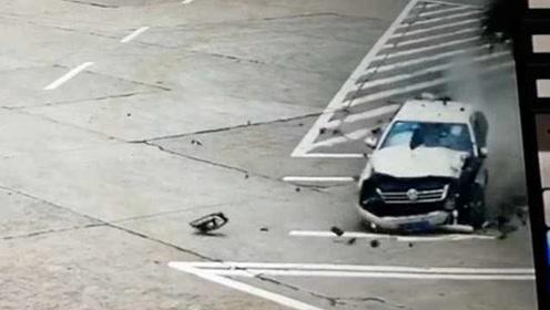女司机误踩油门撞碎车头:道理我都懂,当时紧张啊