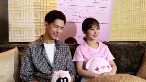 杨紫穿开叉裙坐沙发不方便时,李现手上一个动作圈粉了!