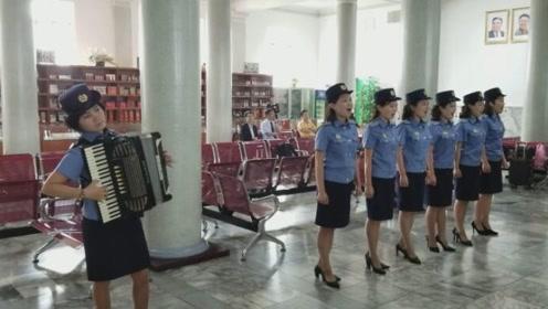 平壤——丹东国际候车室:朝鲜列车员演出小分队献唱朝鲜歌曲