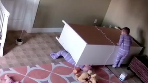 俄罗斯两岁熊孩子被桌子压倒,看他的双胞胎兄弟如何救他?