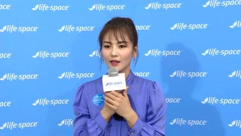 国民媳妇刘涛一身蓝色装扮散发独有气质,红紫色短发显得气场十足