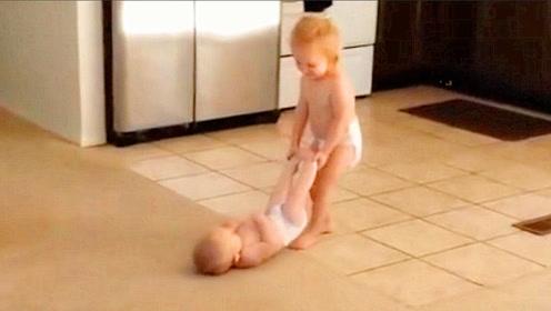 让3岁姐姐照顾2胎弟弟,不料开门看到这一幕,爸妈都傻眼了