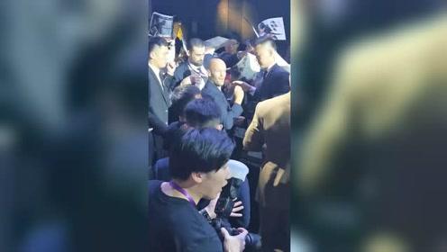 男演员做活动粉丝太热情发生意外,被海报戳到眼睛还被强吻