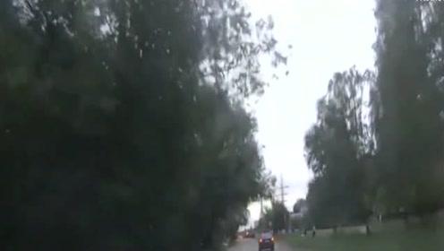 公交车挑衅越野车之后,竟想开溜,没那么容易!