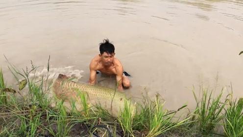 男子悄悄撒一网,突然感觉拉不动,水下折腾半天抱出一条巨物