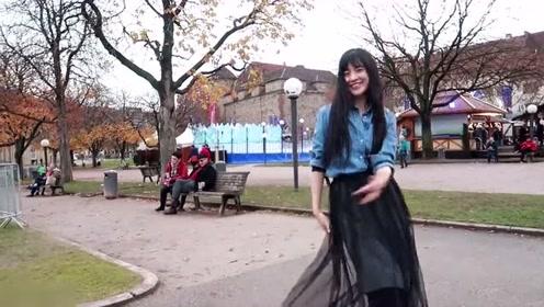 中国女孩在欧洲旅游时,忍不住的在大街上跳起欢快舞蹈