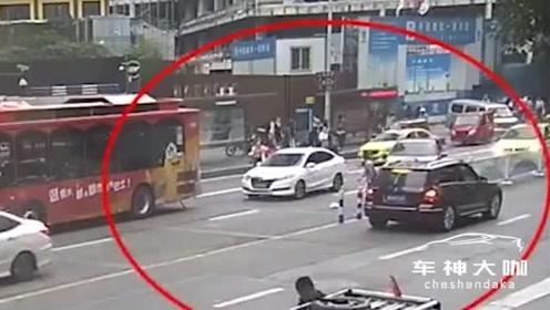 行人闯红灯被撞身亡,司机压双黄线转弯负同等责任