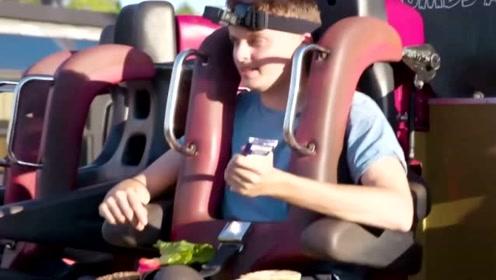 英国男子挑战过山车上做汉堡并吃掉 结果超尴尬