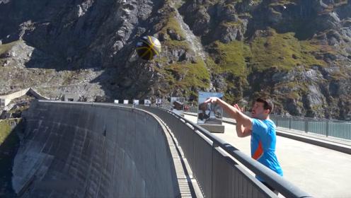 站在180米高的水库投篮,仅尝试了三次就成功了,网友:厉害