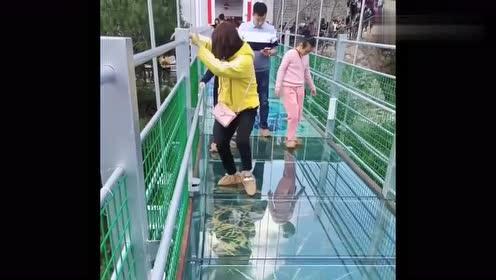 第一次带女友去玻璃栈道,没想到是这反应,看完忍不住笑了!