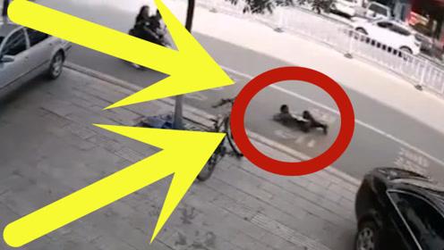 """5岁幼童被平衡车带到路中,惨遭摩托车""""碾压"""",父亲痛哭流涕!"""