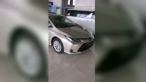 昨天去一汽丰田4S店,看到了全新的卡罗拉混动大屏版本。