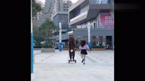 网红熊又来了,这次太坏了,居然在大街上打女孩子这个部位!