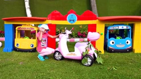 萌娃小可爱给找了份洗车的工作,还当起了小老板,很辛苦嘛!