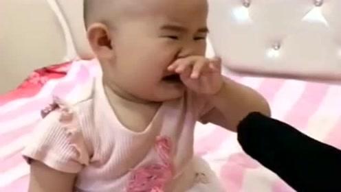 永远不知道爸爸的脚多臭,看了宝宝下一秒的反应,差点把我笑岔气