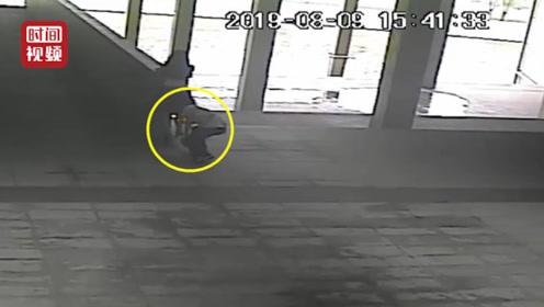 男子8分钟偷拍一女子裙底4次 热心市民一呼而上抓住偷拍男