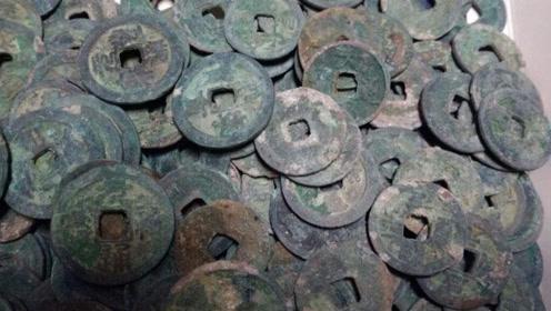 小伙子挖出古代银行,钱币重达3吨,专家表示属于国家