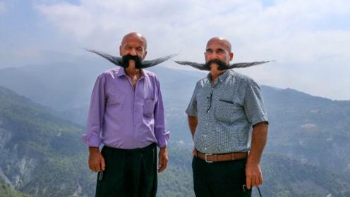 """这对兄弟20年不剃须 嘴上长了一对黑色的""""翅膀"""""""