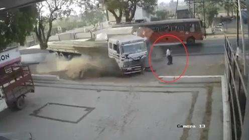 男子站在马路边准备过马路,监控拍下他绝望的画面,看着就腿软