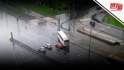载32名中国游客大巴莫斯科街头遇车祸 监控拍下惊险一幕