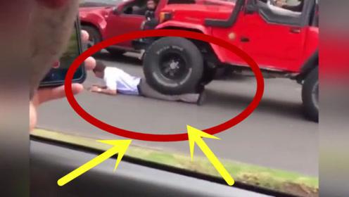 男子用身体挡住越野车不让走,司机也不是善茬,一脚油门撞过去!