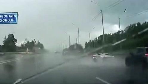 雨天,跑车突然失控,轿车司机刹车已经来不及了