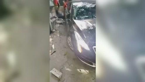 女司机驾车失控冲上人行道致6人受伤 司机已被控制