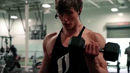 大汗淋漓,难怪帅哥的肌肉这么猛,看他的汗水就知道了