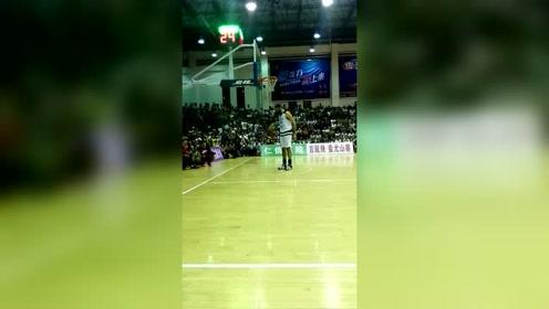 一场毫无悬念的篮球比赛,第一次见站着扣篮