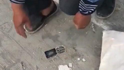 工地打混凝土的大叔,把自己的手机弄进了水泥里,扣都扣不出来!