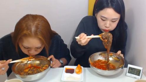 韩国网红和妈妈一起直播,挑战吃冰粉,吸溜吸溜妈妈吃得真香