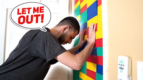 小哥用乐高搭建一堵墙,让兄弟无法出来,网友:这么欠揍!