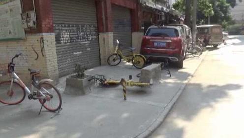 """奇葩!共享单车被戴""""手链脚铐""""占车位,老太怒斥:剪了"""