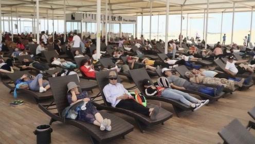 花800块买票进景区只能躺着睡觉,游客还络绎不绝,这是为啥?